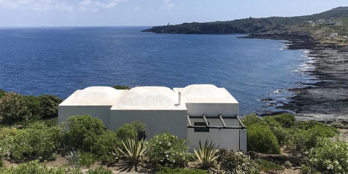 Bianco dei tetti sul blu del mare